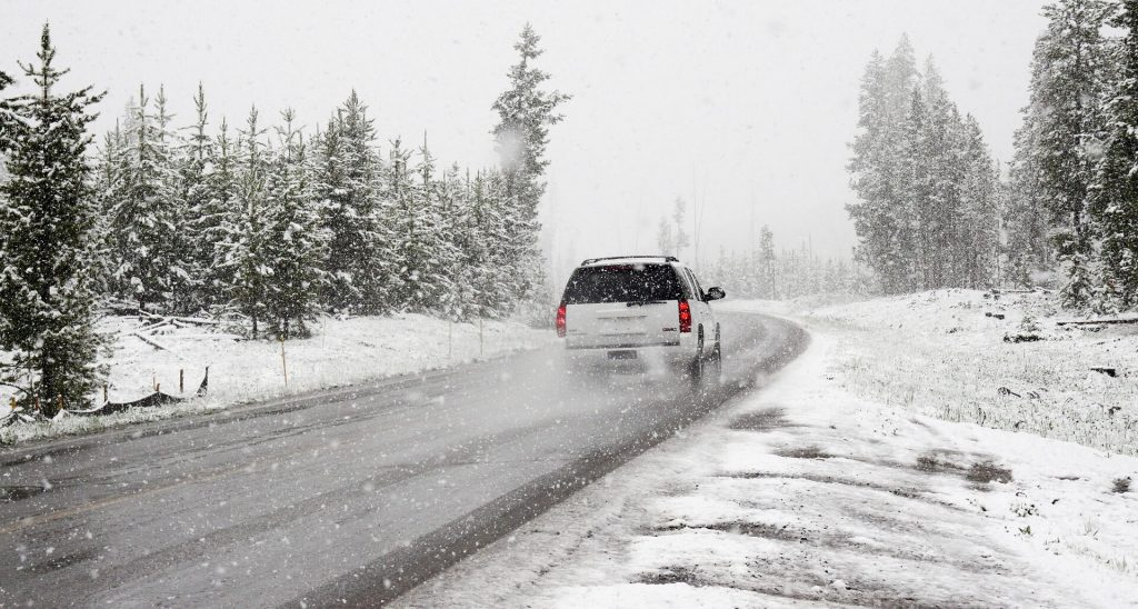 auto in winterse omstandigheden